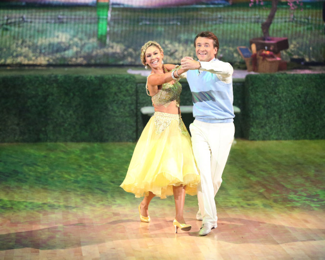 Xrobert-and-kym-foxtrot-dancing-with-the-stars-s20e2.jpg.pagespeed.ic.QmWid6PTqaaJUT7nR6tT